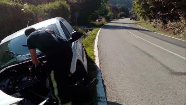 Bomberos atienden un accidente con un herido en una salida de vía en Beasoain.