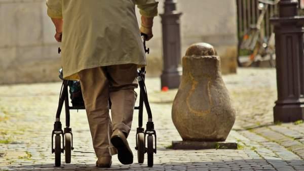 Imagen de archivo de un anciano caminando