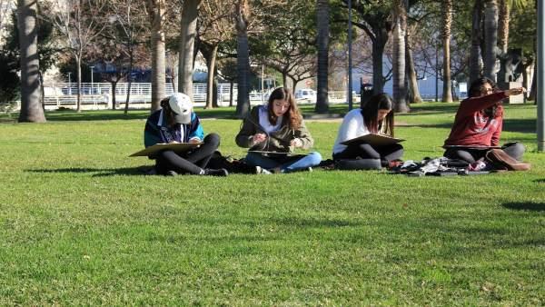 Alumnos en el exterior de la UPV