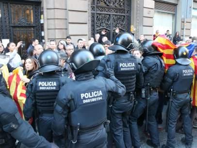 Diversas personas contenidas por agentes de la policía para evitar que accedan a Via Laietana.