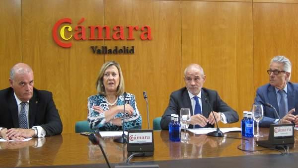 El presidente y los vicepresidente de la Cámara, junto a Pilar del Olmo