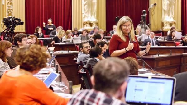 La consellera de Salud, Patricia Gómez, en el pleno del Parlament