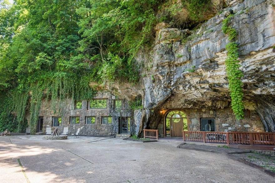 Tiene su origen en el siglo XIX. Esta cueva fue usada para la exploración desde principios de 1800 y permaneció sin cambios hasta 1983, cuando sufrió una gran transformación que se puede disfrutar hoy en día. Está en Arkansas.