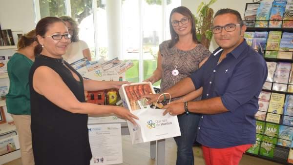 Entrega de la cesta del concurso 'Que sea de Huelva' en Punta Umbría.