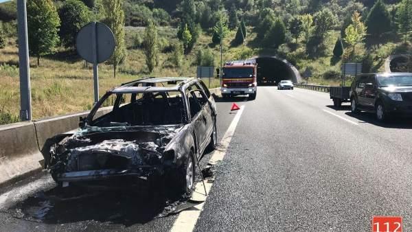 Vehículo incendiado tras una colisión en un túnel de la A-67