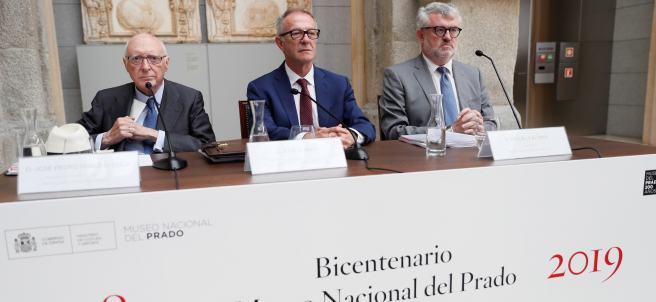 El ministro de Cultura, José Guirao (c), el presidente del Patronato del Museo, José Pedro Pérez Llorca (i), y el director del Museo del Prado, Miguel Falomir (d), durante la presentación de los actos extraordinarios con los que conmemora su Bicentenario.