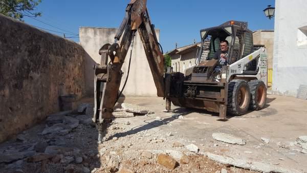 Tareas de excavación en la apertura de la fosa de Alaró