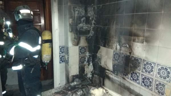 Estado en el que ha quedado la vivienda incendiada en Cádiz