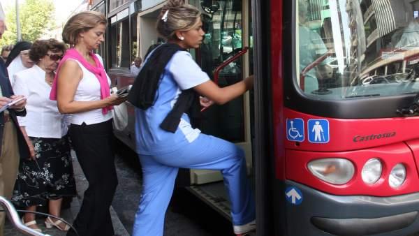 Pasajeros cogiendo el autobús urbano
