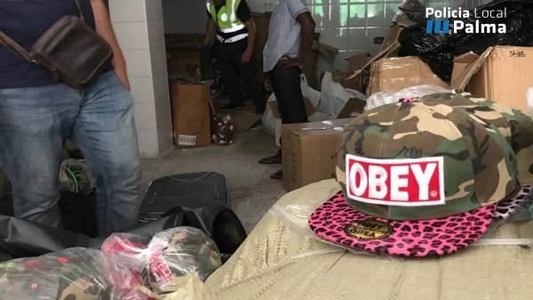 Momento de la operación policial contra los productos falsificados