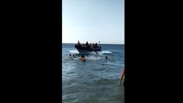 Vídeo donde se ve a supuestos narcos traficar con inmigrantes