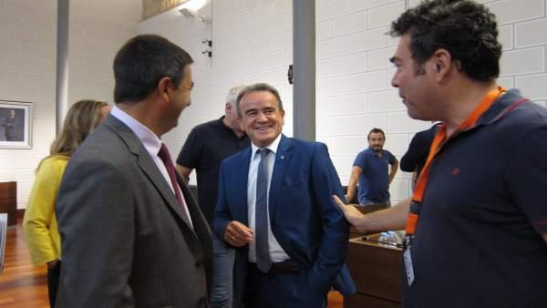 Sánchez Quero saludando al alcalde de Tosos momentos antes del pleno de la DPZ