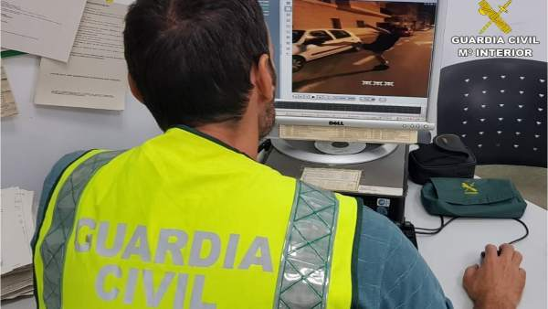 Un guardia civil en la investigación