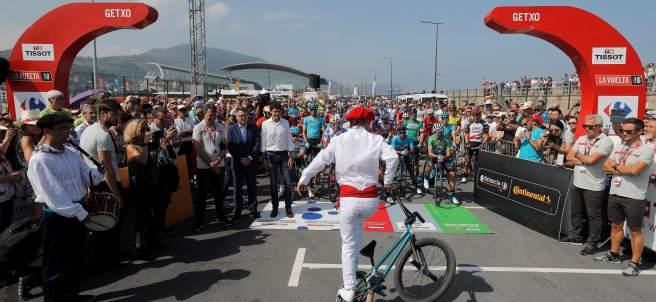 Momentos previos a la salida de la etapa de La Vuelta en Getxo