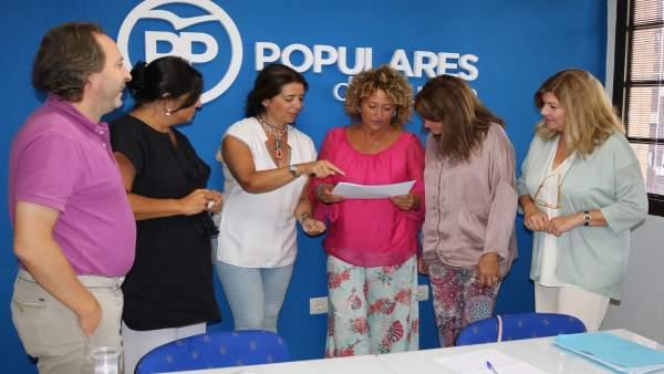 Pilar Marín, con el grupo municipal del PP en el Ayuntamiento.