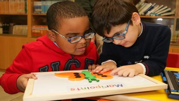 Dos alumnos ciegos aprenden con Braitico