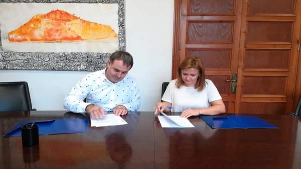 Firma del convenio entre el Consell y Puigpunyent