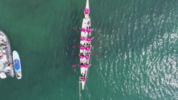 Equipo Dragon Boat BCS remando en el mar