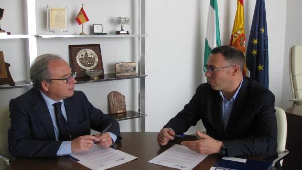 Díaz (izda.) y Tamayo firma el convenio de colaboración