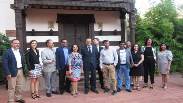 Javier Ramírez junto a representantes de agencias de viaje y la Casa de la India