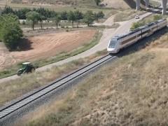Un tractor va más rápido que el tren en Teruel