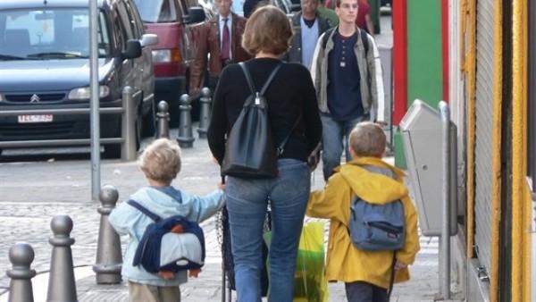 Una madre acude al colegio con dos niños
