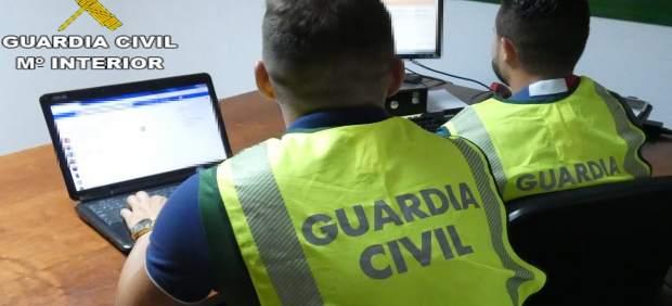 Agentes de la Guardia Civil investigando delitos cibernéticos