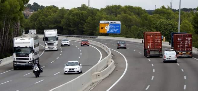 Camiones circulando por la AP-7.