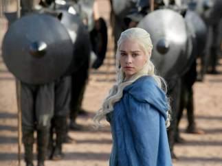 Emilia Clarke se despide de 'Juego de Tronos' con un tatuaje que ha enloquecido a los fans