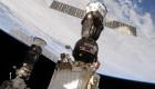 Dos astronautas reparan la Soyuz en un paseo espacial