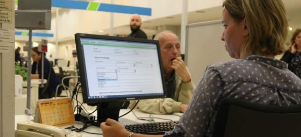 hombre haciendo la solicitud de la RGC en la oficina del ZOCO de la calle Sepúlveda.