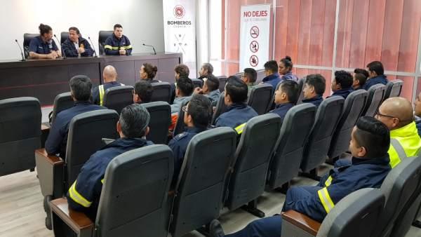Sesión de formación de bomberos en Ecuador