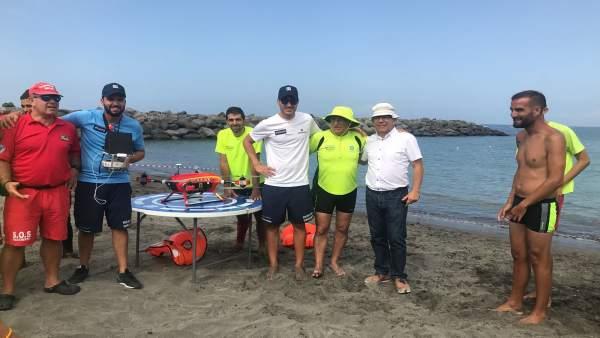 José Palacios junto a Sebastián Quintana y los ingenieros constructores del dron