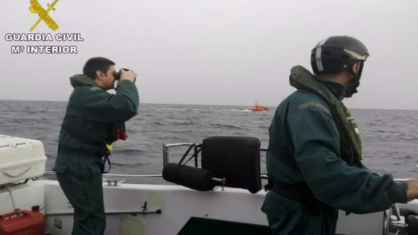 La embarcación de Salvamento Marítimo vista desde una barca de Guardia Civil