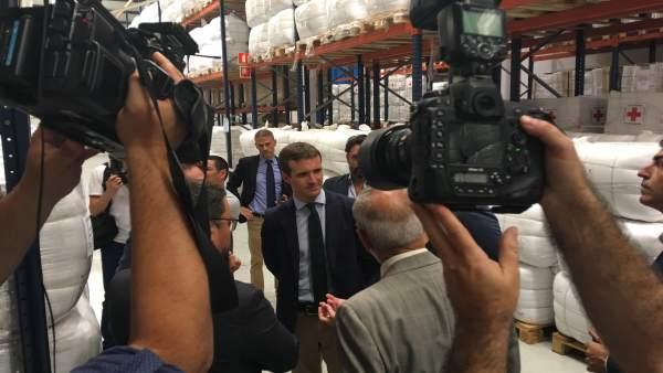 Pablo Casado visita la nave de Cruz Roja en el Puerto de Las Palmas