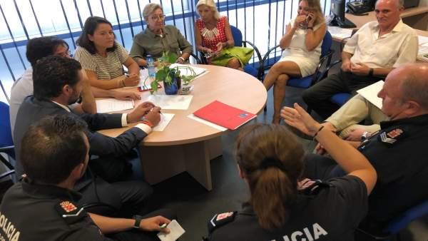 Imagen de la reunión de Lola Sánchez y pelegrín con policía y vecinos La Flota