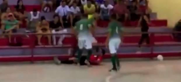 Brutal agresión en Brasil a un árbitro de fútbol sala, que acaba con fractura de cráneo