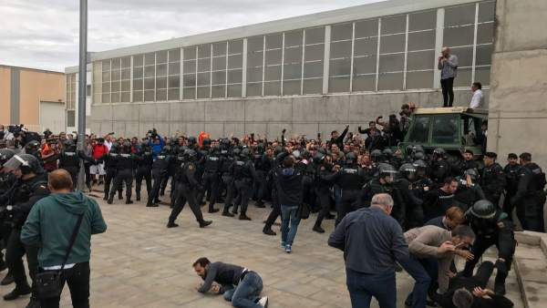 Guardia Civil entra en el punto de votación del pte.C.Puigdemont el 1-O