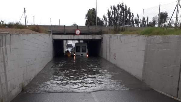 Furgoneta atrapada en un túnel de Alfafar