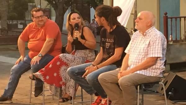 Representantes de Podemos en la Plaza de la Constitución de La Orotava