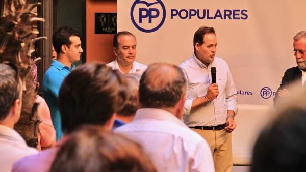 Paco Núñez con afiliados del PP en Talavera de la Reina