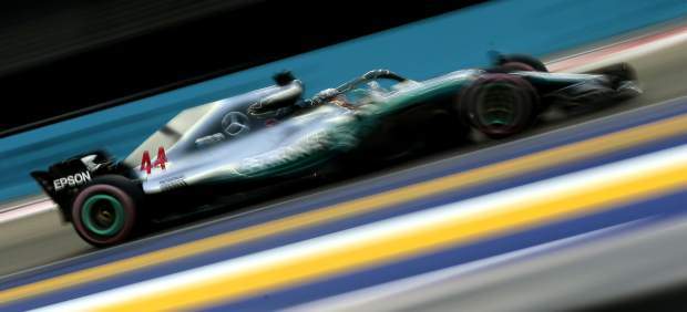 Hamilton arrasa con una contundente pole en Singapur