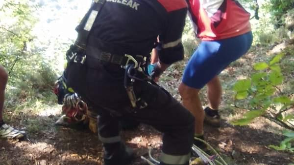 Rescate de un ciclista en Artaza