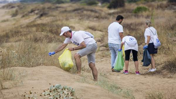 Algunos de los voluntarios del World Cleanup Day en Mazagón