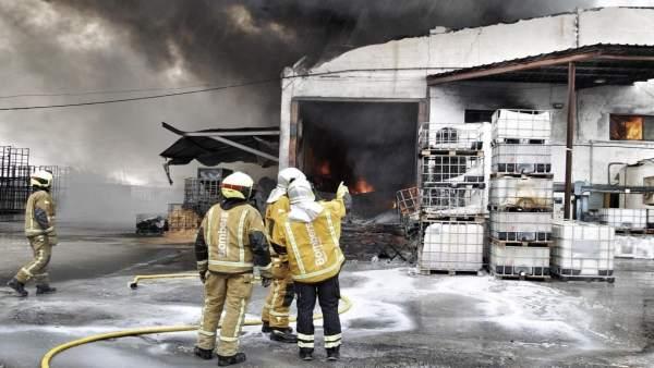 Incendio industrial en una fábrica de látex