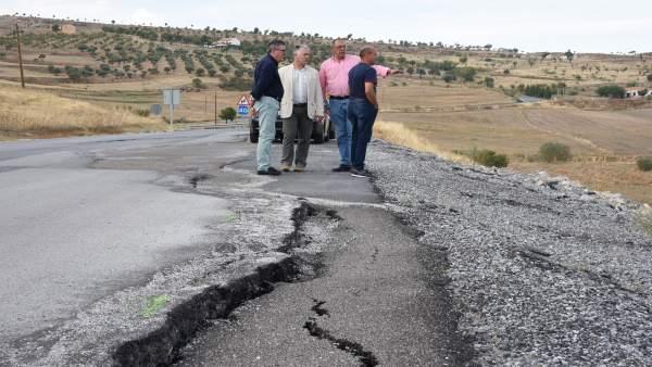 Diputación de Granada arregla carretera a su paso por Gor