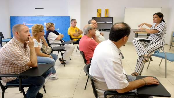 Gema Igual se reúne con los comerciantes del mercado de Puertochico