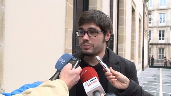 Lander Martínez declara en la puerta del Parlamento vasco