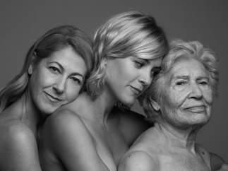 La actriz Maggie Civantos junto a su madre y abuela fotografiadas por Sergio Lardiez