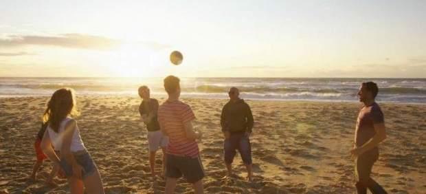 Jóvenes jugando en la playa